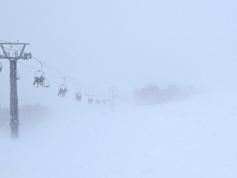 雪や雲による光の乱反射などで辺りが白一色となり、視界がほとんど無くなる「ホワイトアウト」という現象