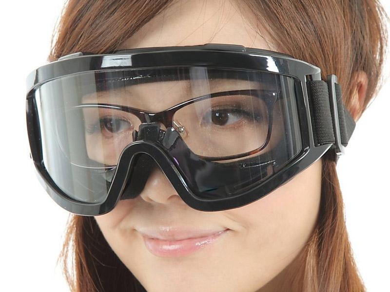 メガネを着用したまま使用できる眼鏡対応のゴーグル©amazon