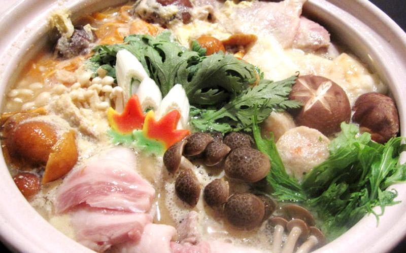 地元名産の豚肉とキノコ、地場産の野菜をふんだんに使った名物「戸狩鍋」のイメージ