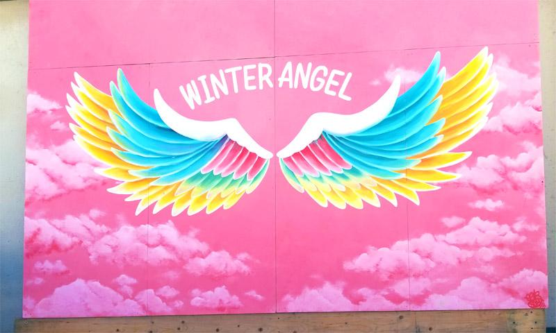 福井和泉スキー場のセンターハウス前壁面に描かれた天使の羽、エンジェルアート「Winter angel wing」。